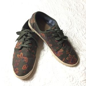 TOMS Olive Paisley Print Lace-Up Sneakers